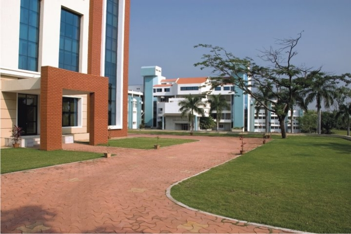 https://cache.careers360.mobi/media/colleges/social-media/media-gallery/615/2018/10/8/Side View of Krishna Institute of Medical Sciences Karad_Campus-View.jpg